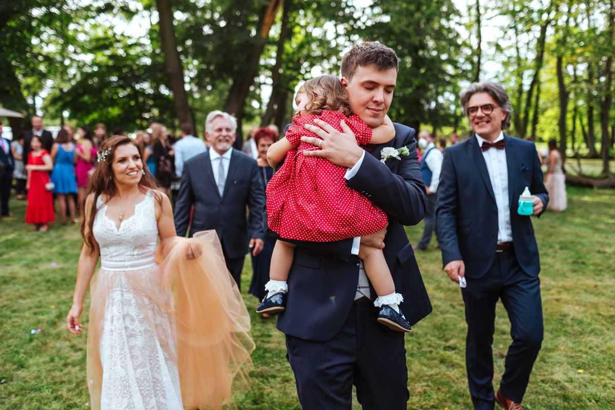 Rodzinna i emocjonalna ceremonia plenerowa