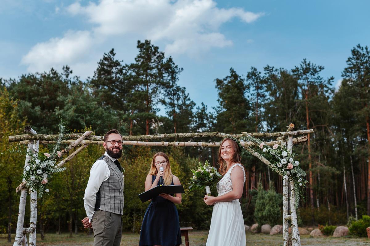 Para Młoda podczas składania przysięgi - ślub humanistyczny