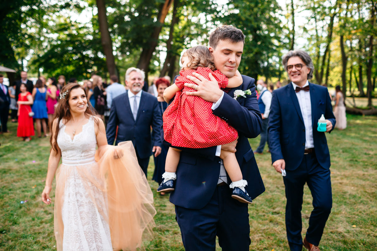 Rodzinne zdjęcie tuż po plenerowej ceremonii ślubnej wykonane przez fotografa z Warszawy