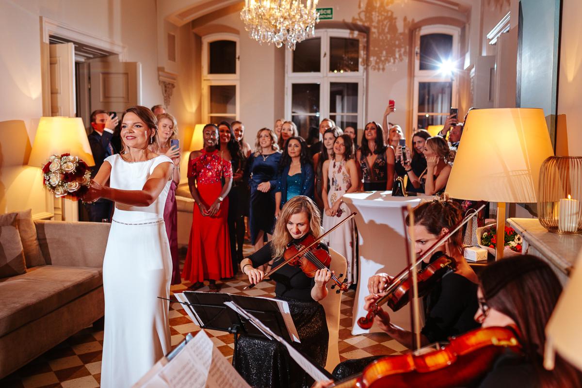 Międzynarodowy ślub i wesele w Warszawie - Panna Młoda rzuca bukietem